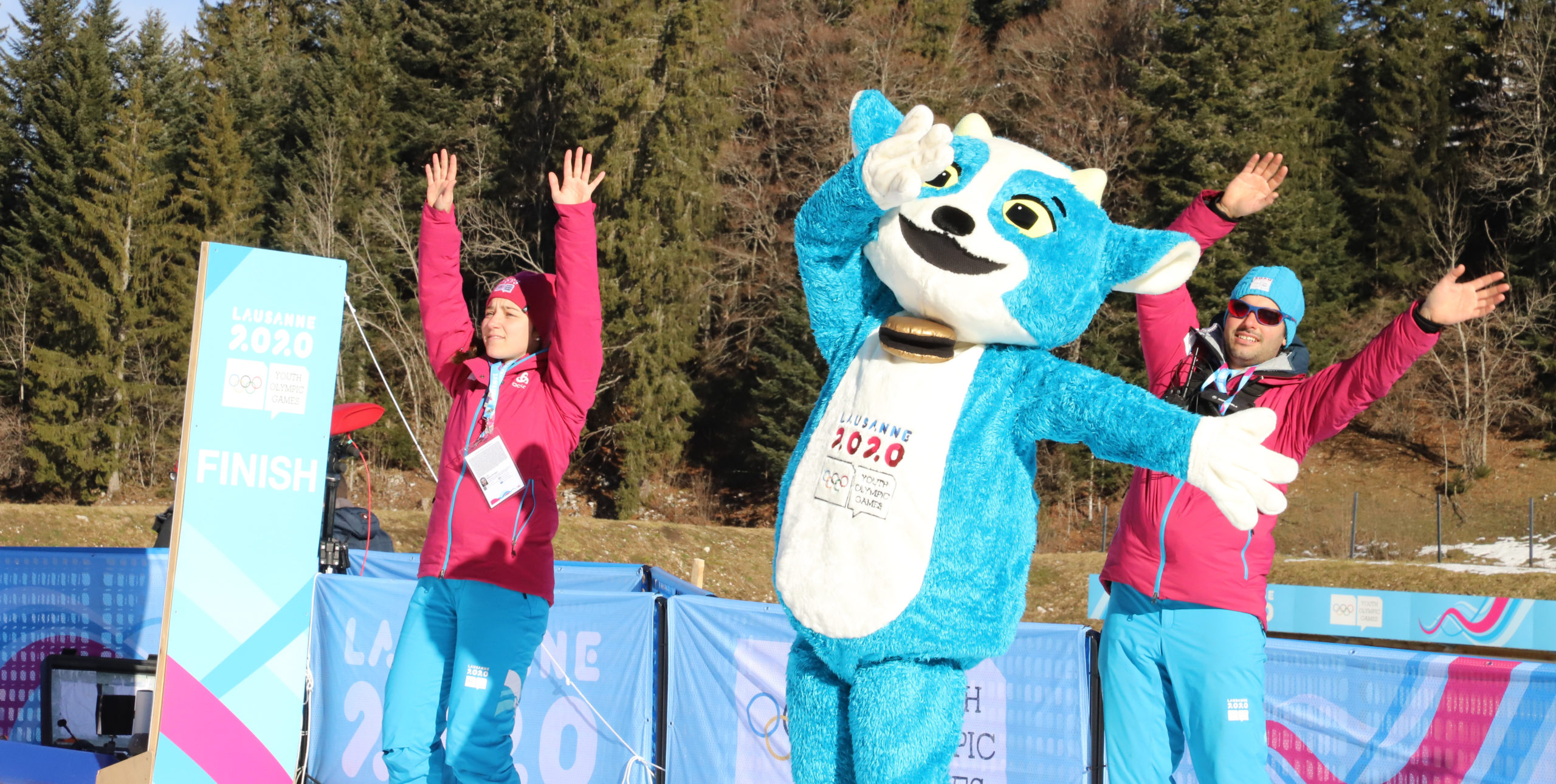 Yodli, mascotte des JOJO 2020, entouré de deux bénévoles - Photo DR